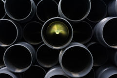 Fondo di struttura impilato tubi della costruzione del nero di prospettiva di incandescenza Immagini Stock Libere da Diritti