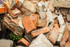 Fondo di struttura di vista alta e superiore di fine dei mattoni arancio a caso sparsi della costruzione nell'ambito della luce d Fotografia Stock Libera da Diritti