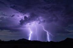 Fondo di temporale del bullone di fulmine con pioggia e le nuvole di tempesta immagini stock