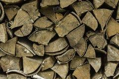 Fondo di una legna da ardere asciutta e ruvida, taglio nei piccoli pezzi Immagine Stock