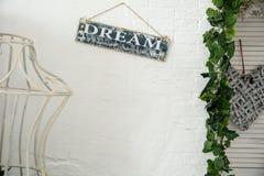 Fondo di una parete bianca nella stanza con un segno sognare fotografia stock libera da diritti