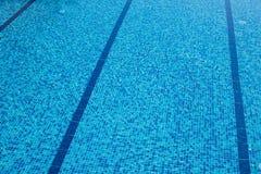 Fondo di uno stagno piastrellato blu con chiara acqua d'increspatura fresca Immagini Stock