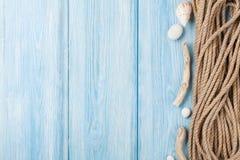 Fondo di vacanza del mare con la corda marina Fotografie Stock
