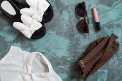Fondo di vacanza estiva, accessori piani del ` s delle donne della spiaggia di disposizione: cappello di paglia, braccialetti, sa Fotografia Stock Libera da Diritti