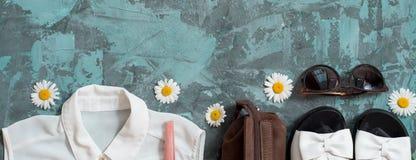 Fondo di vacanza estiva, accessori piani del ` s delle donne della spiaggia di disposizione: cappello di paglia, braccialetti, sa Immagine Stock