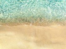 Fondo di vacanza estiva della spiaggia di sabbia di struttura dell'acqua Fotografie Stock