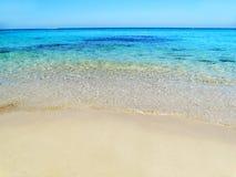 Fondo di vacanza estiva della spiaggia di sabbia di struttura dell'acqua fotografia stock