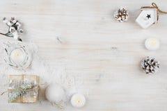 Fondo di vacanza invernale sul bordo di legno candeggiato di struttura fotografia stock