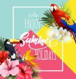 Fondo di vacanze estive con i fiori tropicali con i pappagalli tropicali variopinti ed il tucano L'iscrizione gode dell'estate Immagine Stock