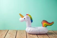 Fondo di vacanze estive con il galleggiante dello stagno dell'unicorno immagini stock