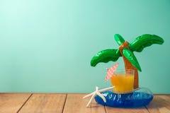 Fondo di vacanze estive con succo d'arancia ed il galleggiante dello stagno fotografia stock libera da diritti