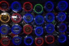 Fondo di vari orologi di parete al neon con i temi automobilistici Fotografie Stock