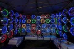 Fondo di vari orologi di parete al neon con i temi automobilistici Fotografia Stock Libera da Diritti