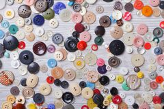 Fondo di vecchi bottoni sul primo piano del bordo di legno Fotografie Stock Libere da Diritti