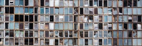Fondo di vecchie finestre rotte Bandiera russa sulla parete Fotografie Stock