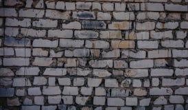 Fondo di vecchio muro di mattoni sporco d'annata con il gesso della sbucciatura, struttura immagine stock