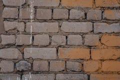 Fondo di vecchio muro di mattoni sporco d'annata con il gesso della sbucciatura, struttura immagini stock