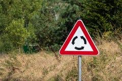 Fondo di verde del segnale stradale della rotonda avanti immagini stock libere da diritti