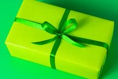 Fondo di verde dell'arco del raso del contenitore di regalo Immagine Stock