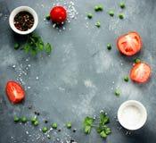 Fondo di verdure della spezia - i pomodori freschi salano il pe verde del pepe Fotografie Stock Libere da Diritti