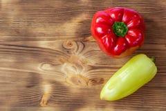 Fondo di verdure per la cartolina con due rossi e peperoni verdi Fotografia Stock