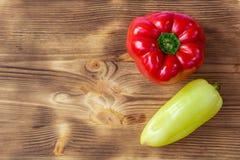 Fondo di verdure per la cartolina con rosso e peperoni verdi Immagini Stock