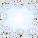 Fondo di vettore di inverno con gli alberi snowcapped dei fiocchi di neve openwork, situati sull'illustrazione dei bordi Nei prec royalty illustrazione gratis