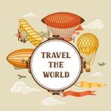 Fondo di viaggio con retro trasporto aereo Dirigibile d'annata, piccolo dirigibile e pianura dell'aerostato in cielo nuvoloso Fotografia Stock