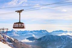 Fondo di viaggio degli sport invernali con la cabina di funivia, picchi di montagna Immagini Stock Libere da Diritti
