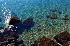 Fondo di vista del mare Acqua bassa trasparente blu dell'oceano o del mare Immagini Stock