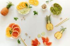 Fondo di vista del piano d'appoggio della composizione in frutti tropicali di estate immagine stock