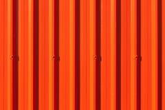 Fondo dipinto ondulato rosso brillante della parete del metallo Fotografia Stock