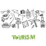 Fondo disegnato a mano con gli elementi di vacanza estiva La carta da parati di vettore di turismo con lo scarabocchio firma la r Immagini Stock Libere da Diritti