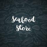 Fondo disegnato a mano degli elementi dei frutti di mare di vettore con iscrizione con il negozio o il mercato dei frutti di mare illustrazione vettoriale