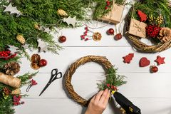 Fondo diy hecho a mano de la Navidad Fabricación de la guirnalda y de los ornamentos de Navidad del arte Vista superior de la tab Imagen de archivo