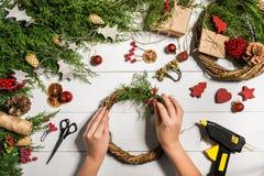 Fondo diy hecho a mano de la Navidad Fabricación de la guirnalda y de los ornamentos de Navidad del arte Vista superior de la tab Fotos de archivo