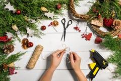 Fondo diy hecho a mano de la Navidad Fabricación de la guirnalda y de los ornamentos de Navidad del arte Vista superior de la tab Foto de archivo