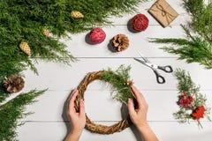 Fondo diy hecho a mano de la Navidad Fabricación de la guirnalda y de los ornamentos de Navidad del arte Vista superior de la tab Fotos de archivo libres de regalías