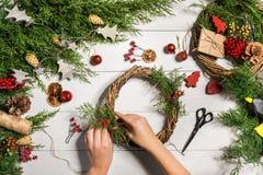 Fondo diy hecho a mano de la Navidad Fabricación de la guirnalda y de los ornamentos de Navidad del arte Vista superior de la tab Imagen de archivo libre de regalías