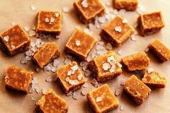 Fondo dolce delle caramelle del caramello Pezzi e mare salati del caramello Fotografia Stock Libera da Diritti
