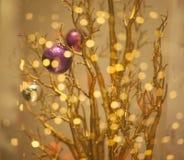 Fondo dorato brillante di Bokeh dell'albero di Natale Immagini Stock Libere da Diritti
