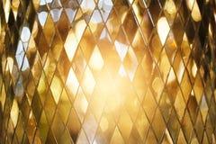 Fondo dorato brillante di vetro di mosaico fotografie stock libere da diritti