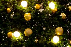 Fondo dorato d'ardore di Natale Indicatori luminosi di natale immagini stock