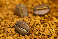 Fondo dorato del caffè macinato con i chicchi di caffè Fotografie Stock Libere da Diritti