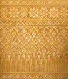 Fondo dorato del metallo con le strutture tradizionali tailandesi, contemporanee Immagine Stock