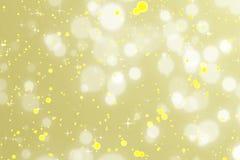 Fondo dorato della scintilla di Natale con le stelle e il bokeh, buon anno di festa dell'oro fotografia stock