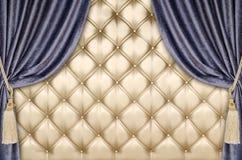 Fondo dorato della tenda del velluto della tappezzeria Immagini Stock Libere da Diritti