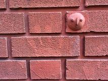 Fondo dramático de la pared de la teja del ladrillo rojo con la impresión de la mano Imagen de archivo libre de regalías