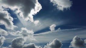 Fondo dramático del cielo con las nubes y los aviones blancos almacen de video