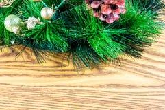 Fondo e decorazioni di Natale su legno Fotografia Stock Libera da Diritti